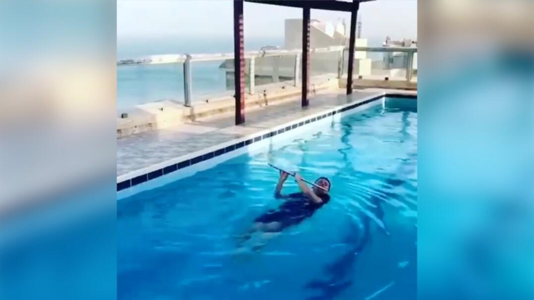 Z fletem na basenie. Wakacje nie zwalniają z ćwiczenia gry na instrumencie