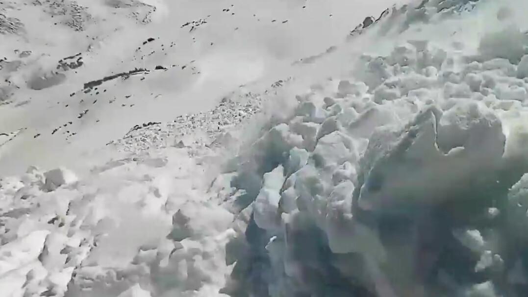 Snowboardzista zjechał z lawiną około 300 metrów. Był wyposażony w plecak lawinowy
