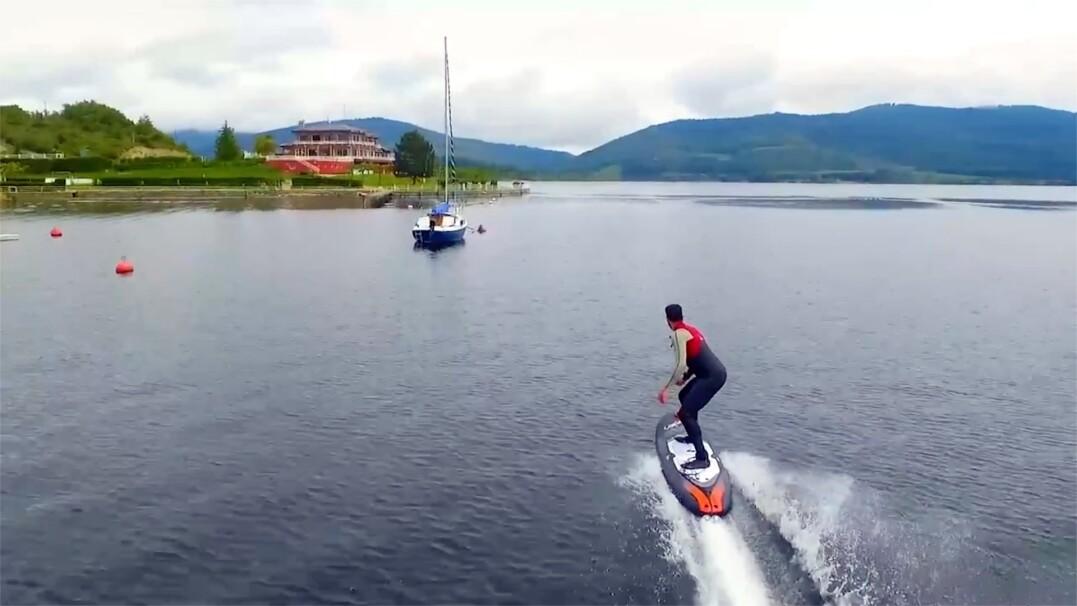 Elektryczne surfowanie bez wiatru i fal