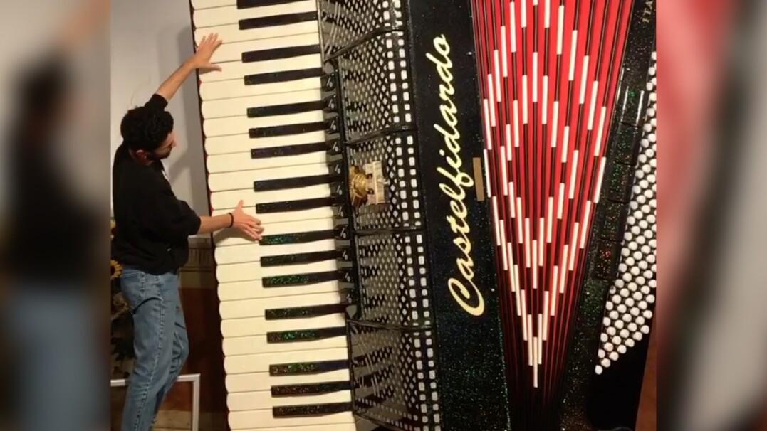 Utwór Bacha na największym akordeonie na świecie