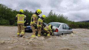 """""""Pływające"""" samochody. Wody w rzekach jest bardzo dużo, takich incydentów może być więcej"""